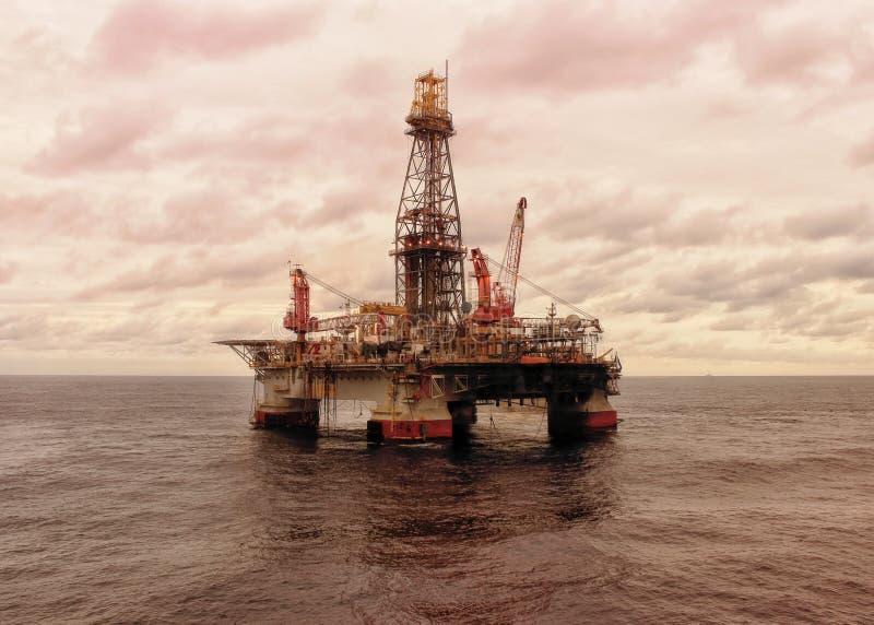 Aparejo de perforación petrolífera en el mar semisubmersible fotografía de archivo