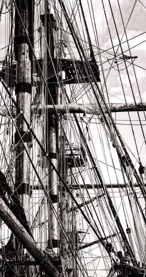 Aparejo del cordaje del palo y de la cuerda en una nave vieja de la vela fotografía de archivo