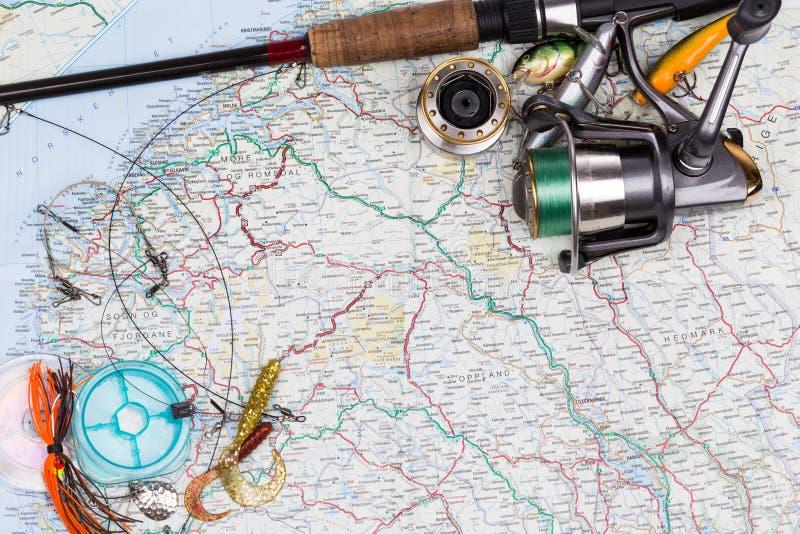 Aparejos de pesca - barra, carrete, línea y señuelo en mapa imagenes de archivo
