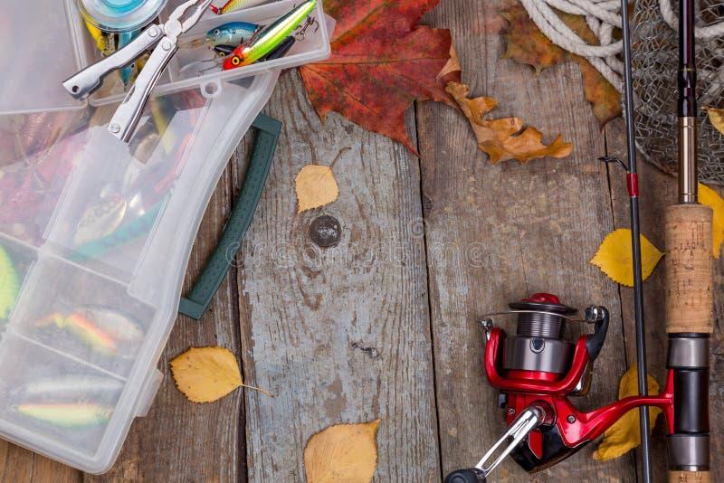 Aparejos de pesca a bordo con las hojas del otoño imagenes de archivo