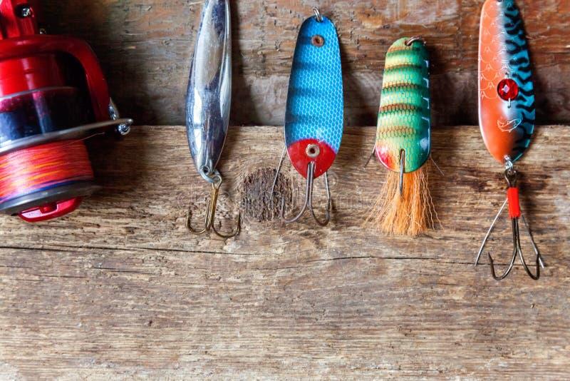 Aparejos de pesca en una superficie de madera imagen de archivo