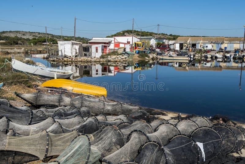 Aparejos de pesca y barcos del pueblo de los pescadores en la frontera de Ayroll Laguna, región de Narbone de Occitanie francés fotos de archivo libres de regalías