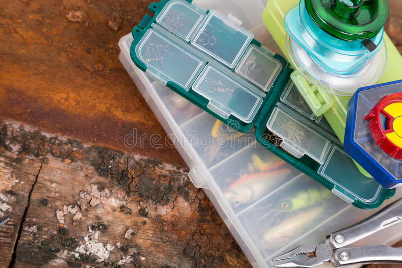 Aparejos de pesca y cebos en caja de almacenamiento fotos de archivo