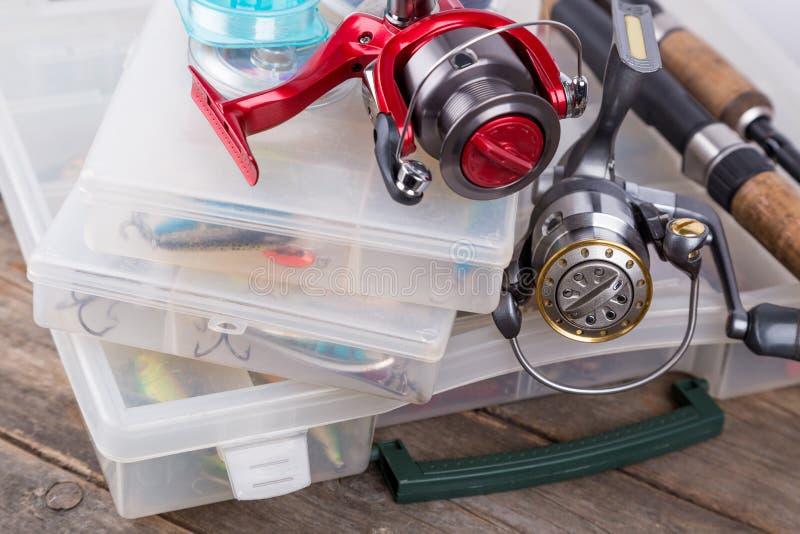 Aparejos de pesca y señuelos, cebos en cajas de almacenamiento fotografía de archivo libre de regalías