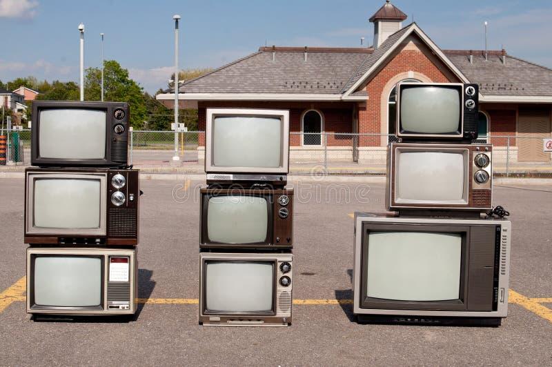 Aparelhos de televisão do vintage no lote de estacionamento fotografia de stock royalty free