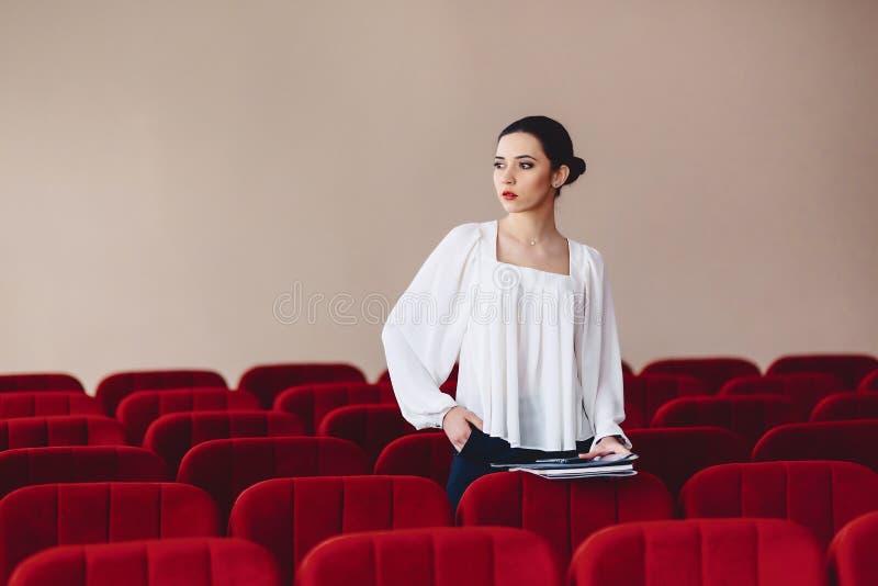 aparté de regards de femme des sièges entre les fauteuils image libre de droits