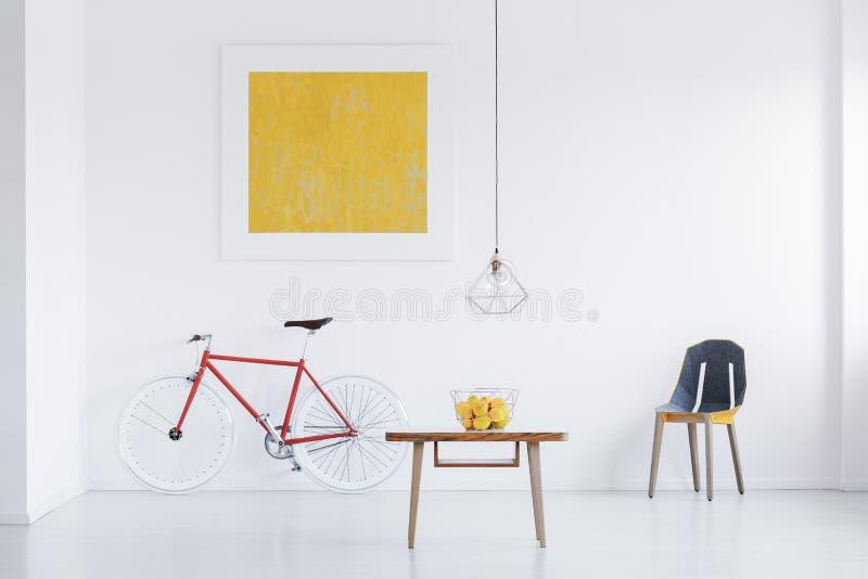Apartamento branco com pintura do ouro fotos de stock