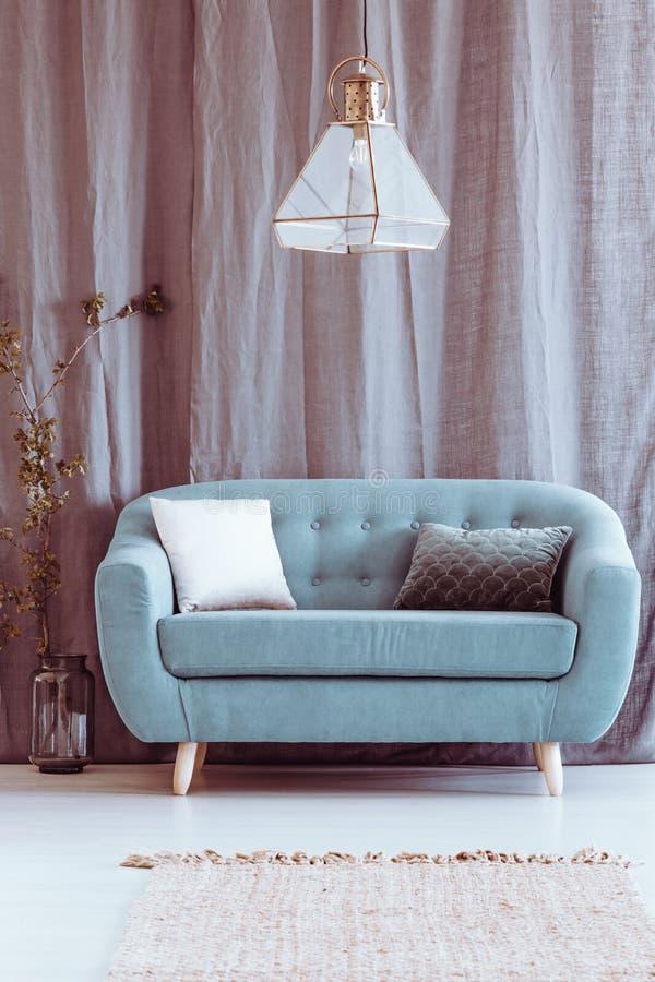 Apartamento cinzento com canapé azul imagens de stock