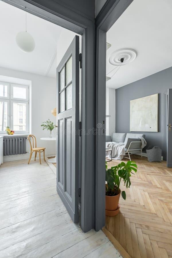 Apartamento cinzento e branco fotografia de stock