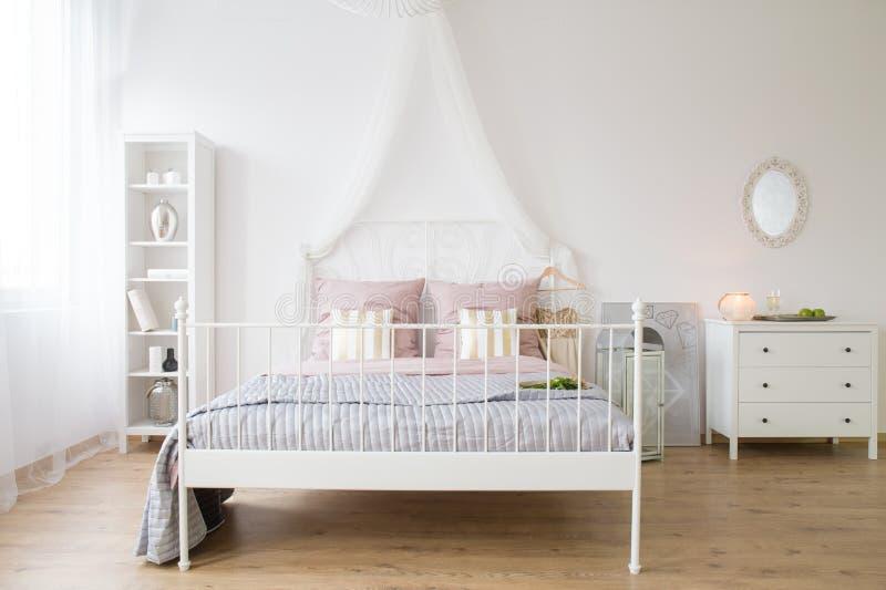 Apartamento com cama de casal fotografia de stock