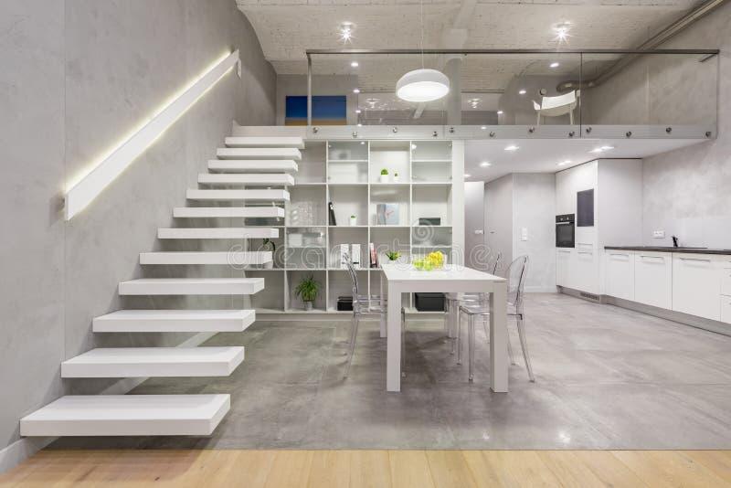 Apartamento con la escalera blanca moderna imagen de archivo