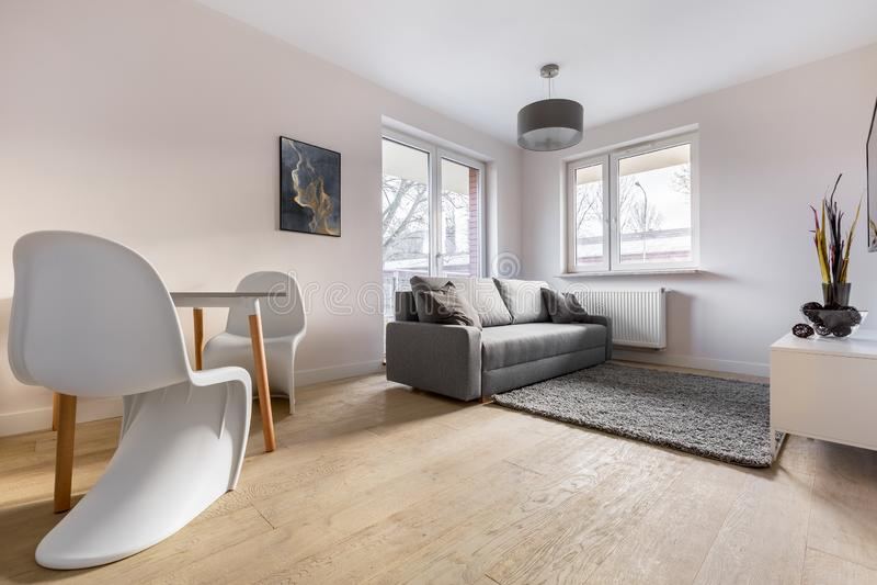 Apartamento contemporâneo com cadeiras bonitas fotografia de stock royalty free
