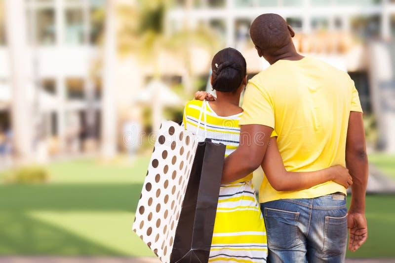 Apartamento de compra dos pares africanos imagens de stock