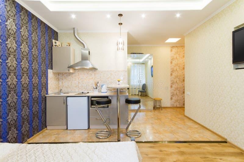 Apartamento De Estudio Moderno Cocina Y Sala De Estar Foto de ...