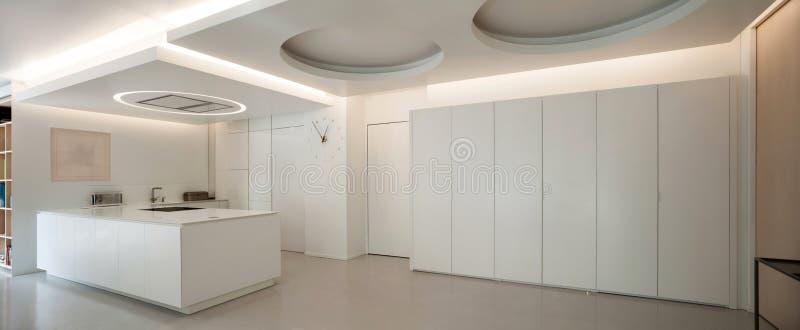 Apartamento de lujo, cocina blanca foto de archivo