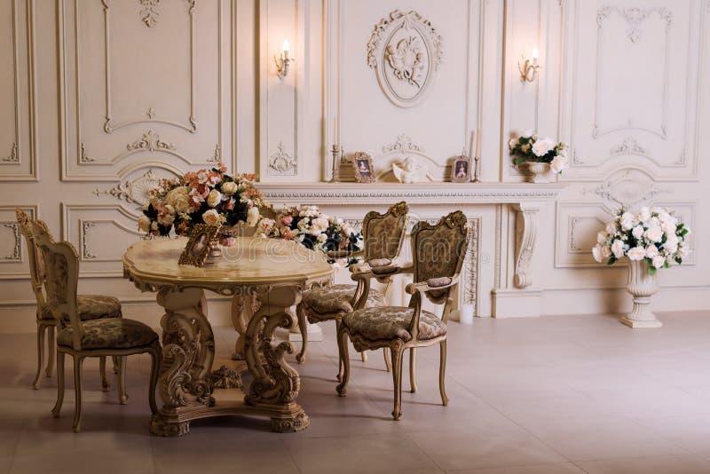 Apartamento de lujo, sala de estar clásica cómoda Interior lujoso del vintage con la chimenea en el estilo aristocrático fotografía de archivo libre de regalías