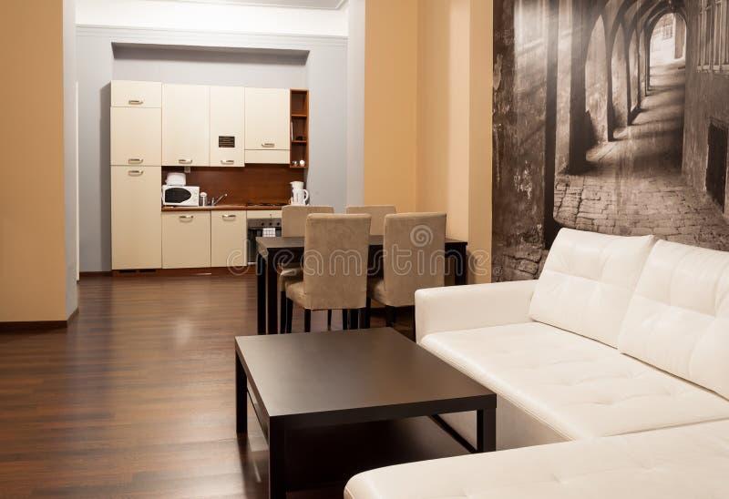 Apartamento do hotel com cozinha imagem de stock