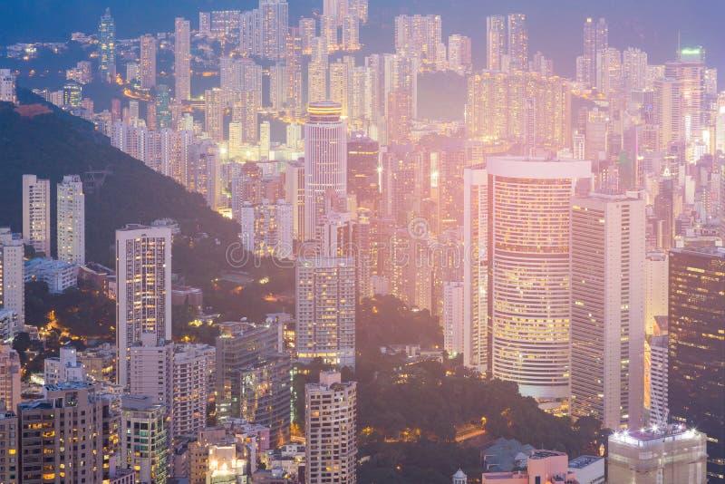 Apartamento e prédio de escritórios da cidade de Hong Kong na opinião alta da noite do monte fotografia de stock royalty free