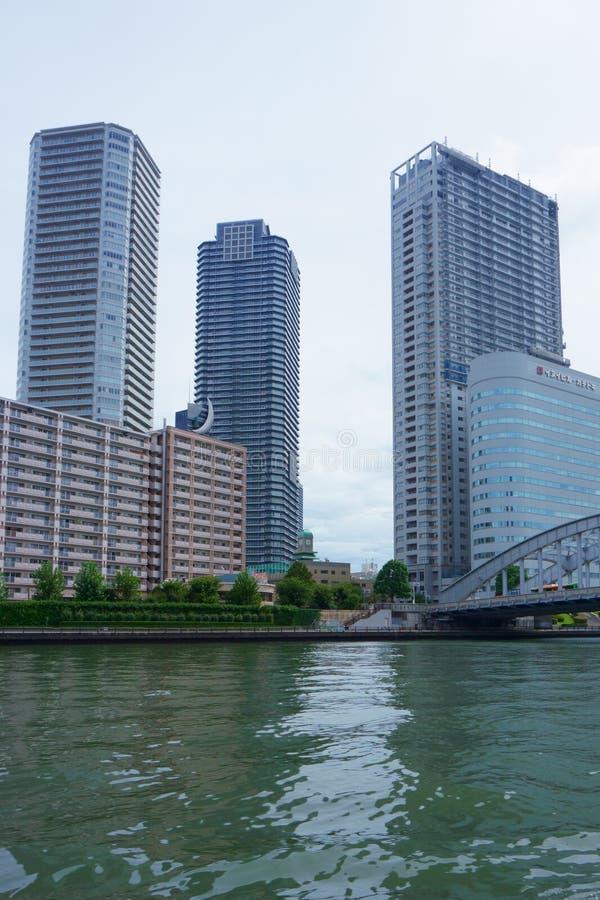 Apartamento e prédios de escritórios no Tóquio Japão do rio de Sumida fotografia de stock