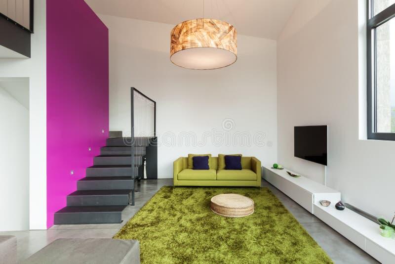 Apartamento equipado, opinión de la sala de estar fotografía de archivo