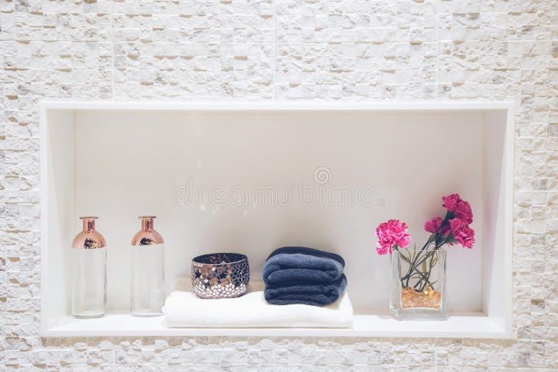 Apartamento espaçoso - bacia de lavagem moderna no interior novo do banheiro imagem de stock