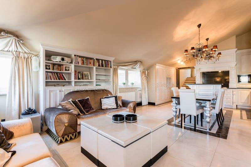 Apartamento espaçoso no estilo barroco fotos de stock royalty free