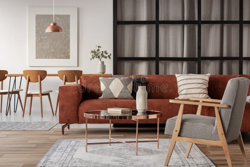 Apartamento-estudio abierto del plan con la vida y el comedor imagen de archivo libre de regalías