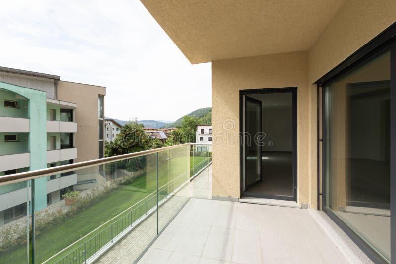 Apartamento exterior en la segunda planta, visión desde la terraza imagenes de archivo