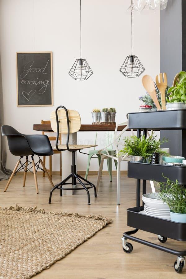 Apartamento funcional com mesa de jantar fotos de stock