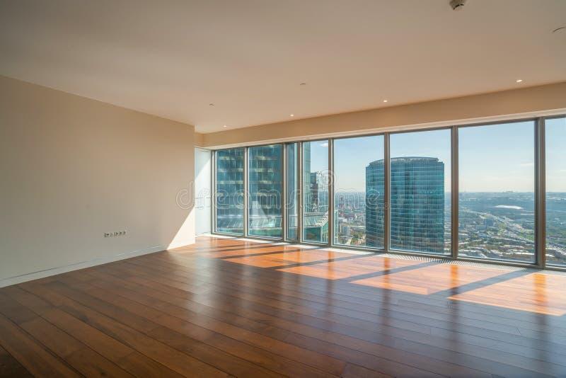 Apartamento interior vazio com opinião panorâmico da cidade fotografia de stock