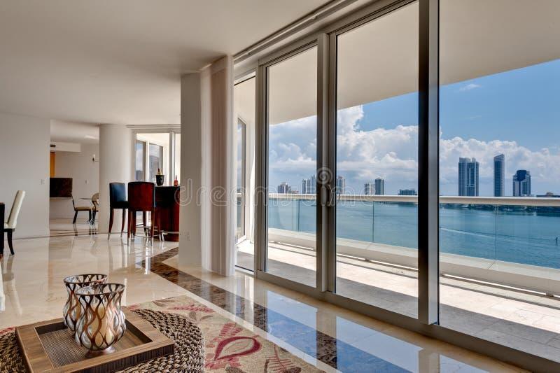 Apartamento moderno com opinião de oceano fotografia de stock royalty free