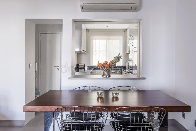 Apartamento moderno con las paredes blancas y el piso gris claro imagen de archivo libre de regalías