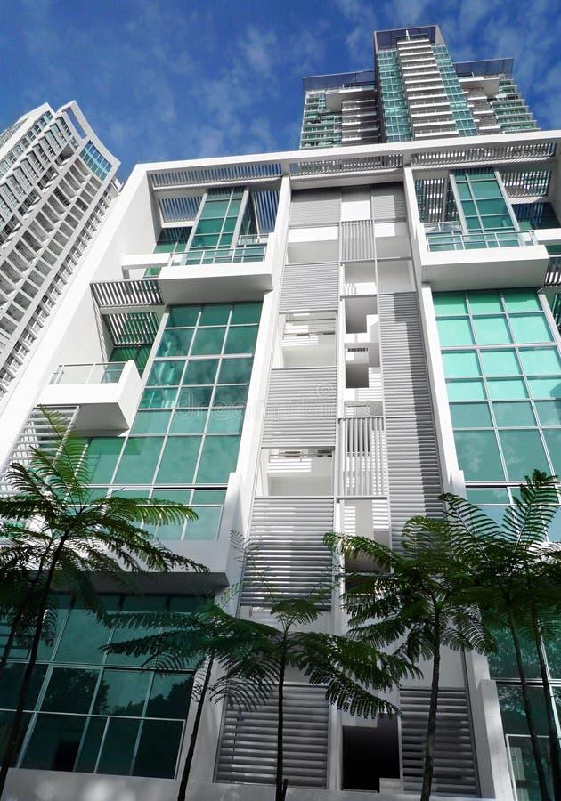Apartamento moderno con los árboles foto de archivo