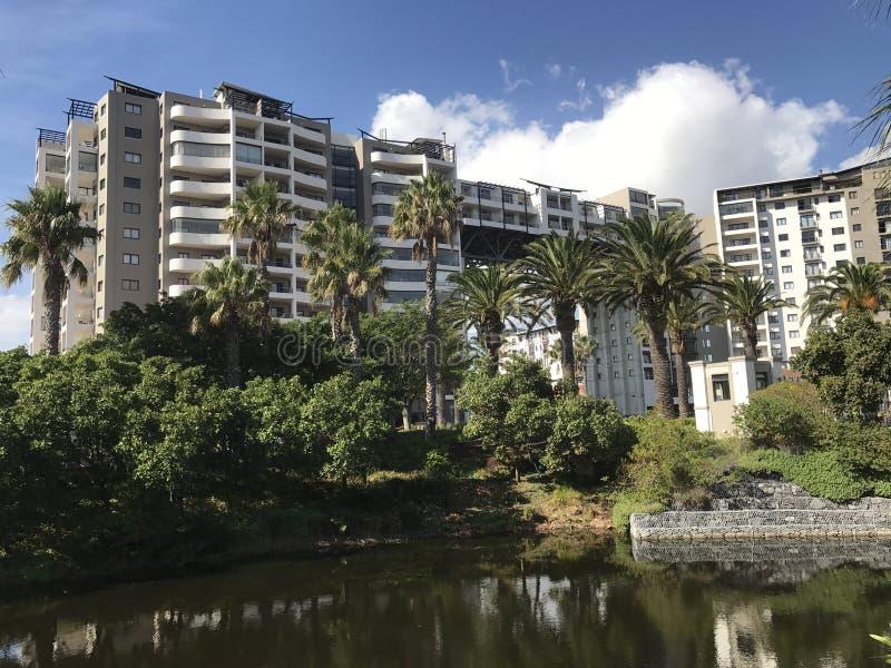 Apartamento pelo lago fotografia de stock royalty free