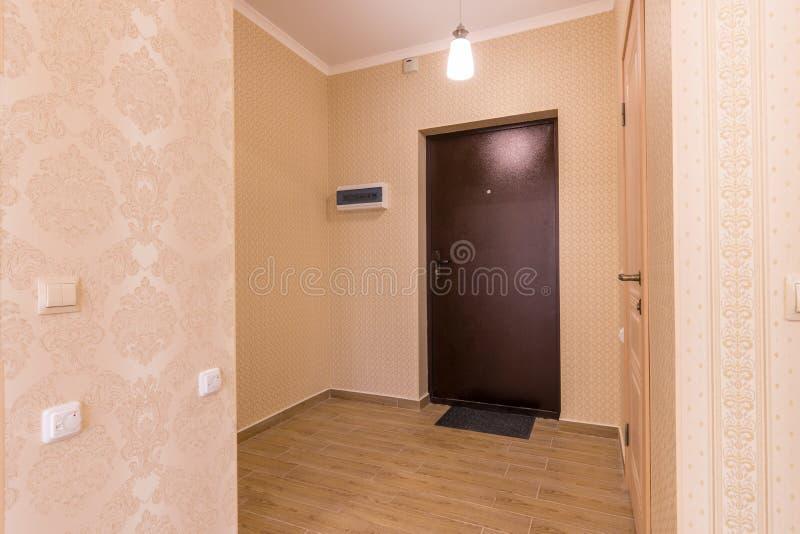 Apartamento pequeno do corredor interior fotografia de stock royalty free