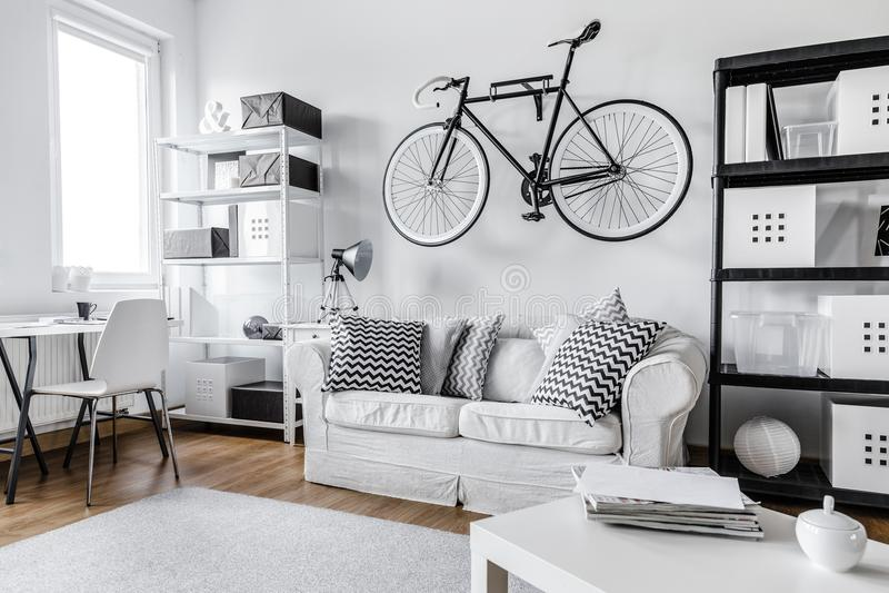 Apartamento preto e branco imagens de stock