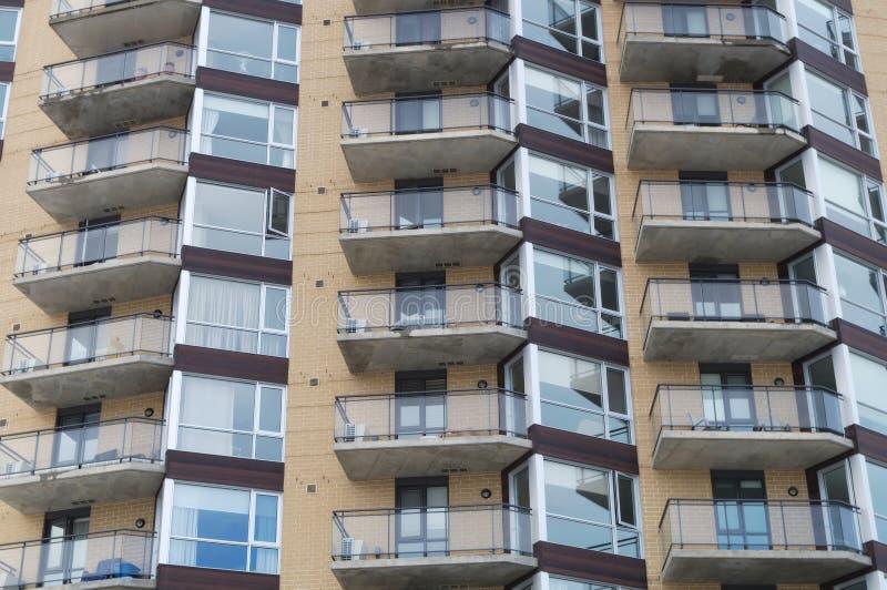 Apartamento residencial da casa moderna dos balcões da construção do condomínio foto de stock royalty free