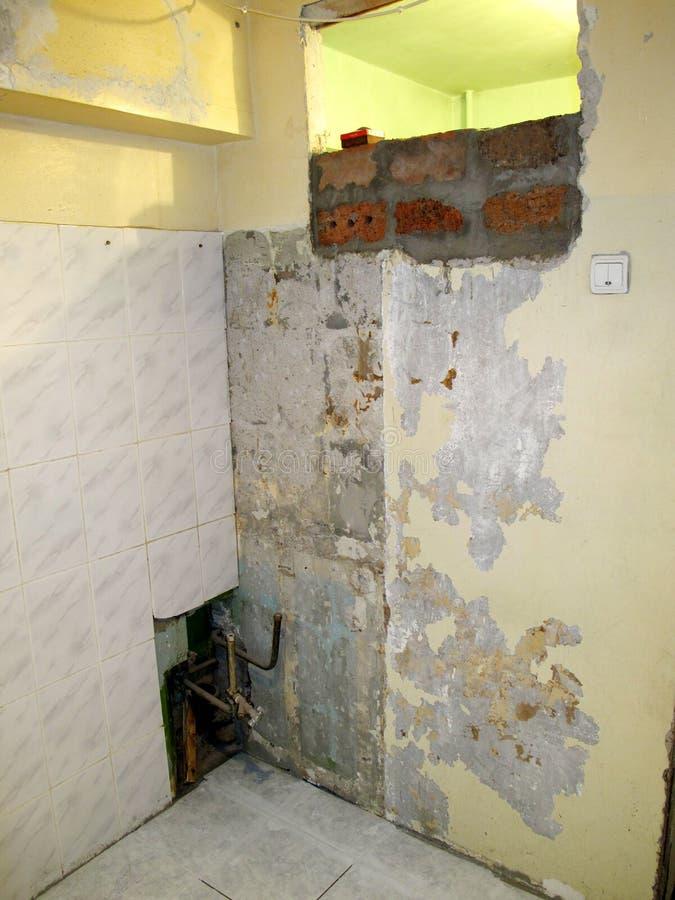 Apartamento sujo velho Apartamentos velhos de reparação começados fotos de stock