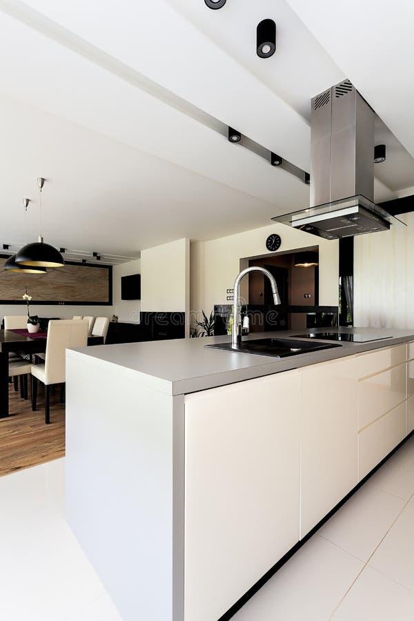 Apartamento urbano - mobília da cozinha foto de stock