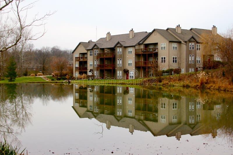 Apartamento y lago foto de archivo libre de regalías