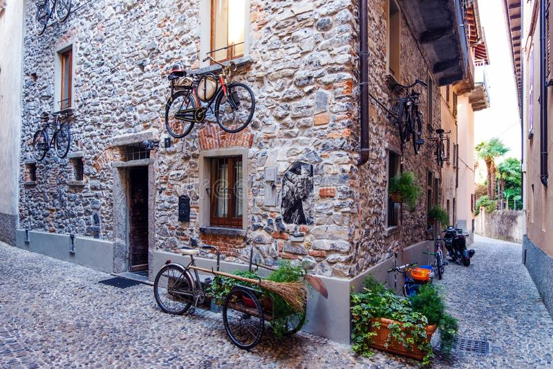 Apartamentos con las bicis viejas de los firemans imágenes de archivo libres de regalías