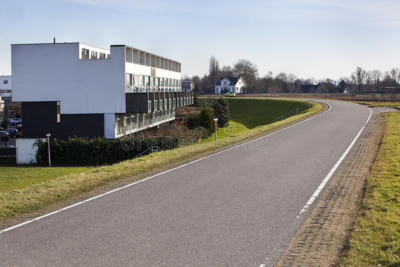 Apartamentos contemporáneos a lo largo de un dique holandés imagen de archivo libre de regalías