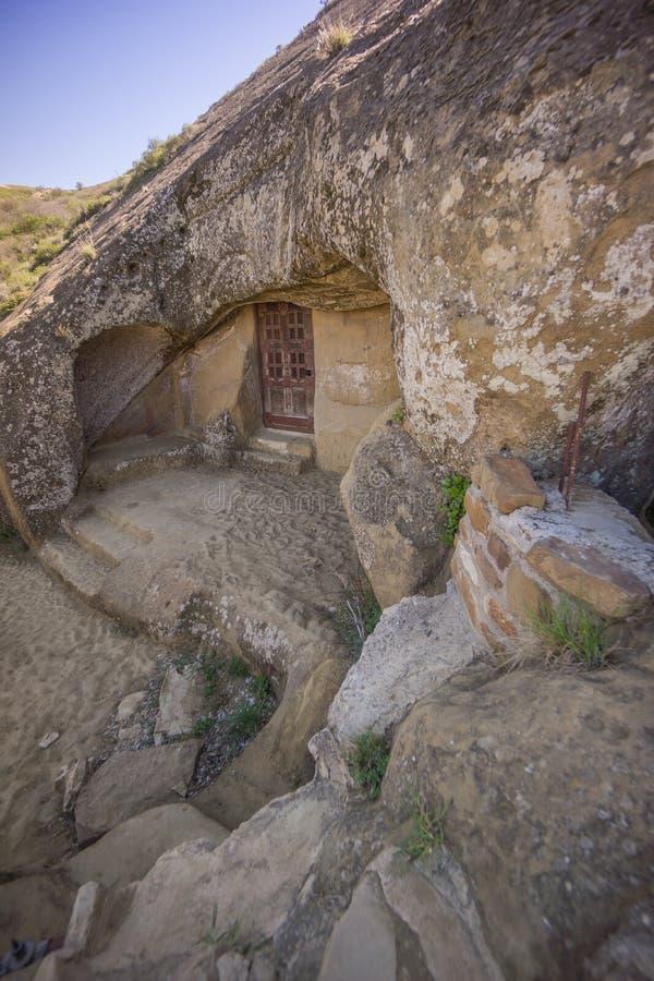 Apartamentos de la cueva en el monasterio del garedscha de David foto de archivo libre de regalías