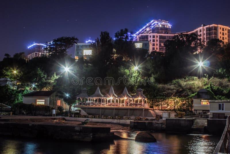 Apartamentos de lujo con la playa privada del mar magnífico de la noche fotografía de archivo libre de regalías