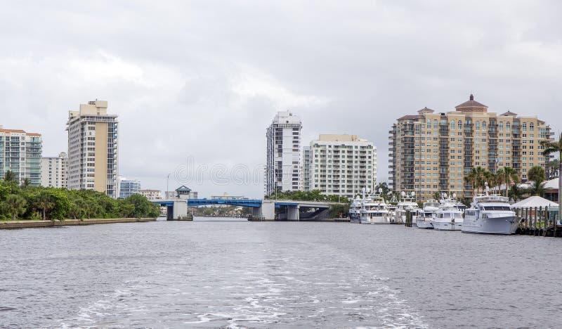 Apartamentos de lujo de la costa fotografía de archivo libre de regalías
