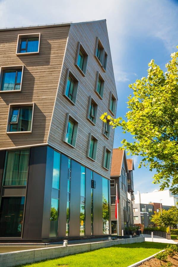 Apartamentos de madera y de cristal modernos imagen de archivo libre de regalías