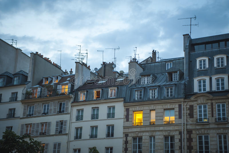 Apartamentos de Paris no crepúsculo imagens de stock