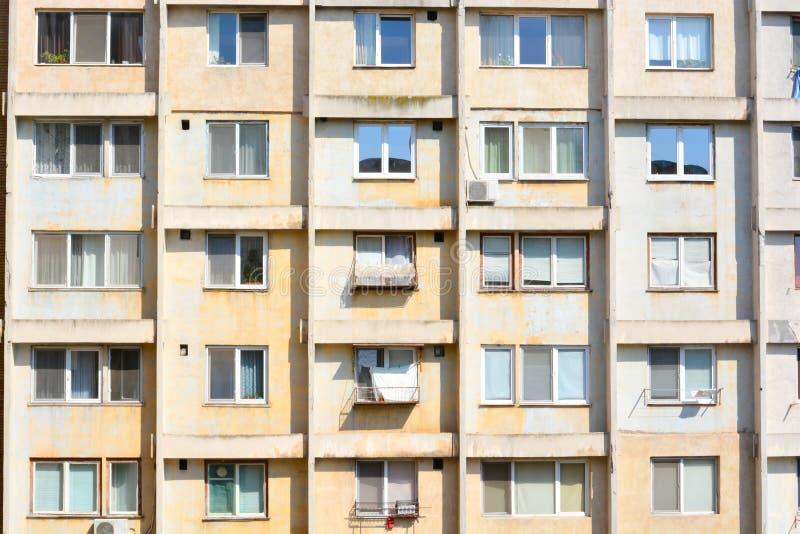 Apartamentos degradados na construção da torre foto de stock royalty free
