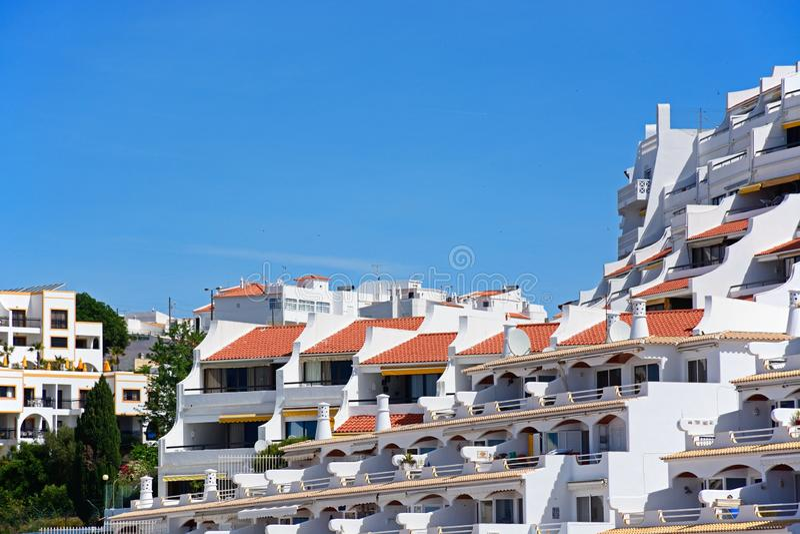 Apartamentos del día de fiesta con los balcones, Albufeira foto de archivo libre de regalías