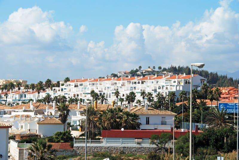 Apartamentos do feriado ao longo da costa, EL Faro, Espanha imagens de stock royalty free